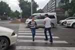 Люди переходят странный пешеходный переход на пересечении проспектов Чуй и Манаса. Архивное фото