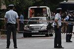 Полицейские возле автомобиля бывшего премьера Греции Лукаса Пападимоса после взрыва. Греция, 25 мая 2017