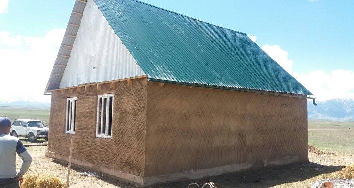 В селе Эмгекчил Нарынской области выпускники, окончившие местную школу 10 лет назад, достроили дом аксакала Касымбека Асанакунова