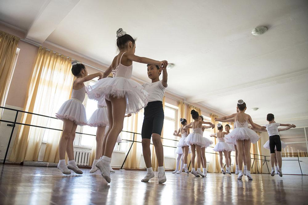 смело смотреть видео раздевалка балерин сосков большие слегка