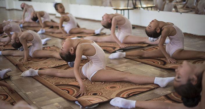 Ч.Базарбаев атындагы балет бийинин тарбиялануучулары сабак учрунда