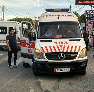 Карета скорой помощи на месте наезда на пешехода по улице Элебесова в Бишкеке