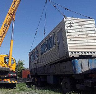 Демонтаж незаконно установленного контейнера в Бишкеке мэрией Бишкека