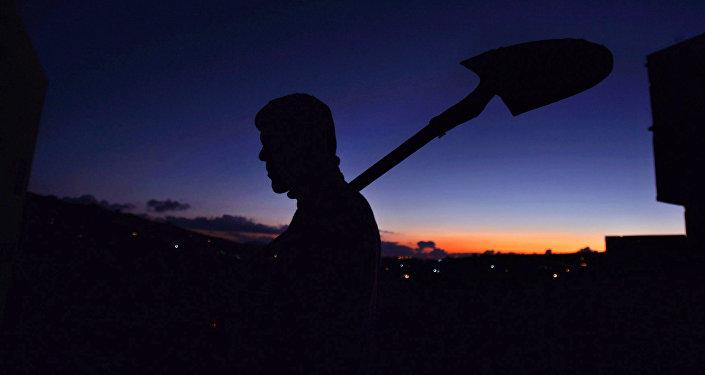 Мужчина с лопатой. Архивное фото
