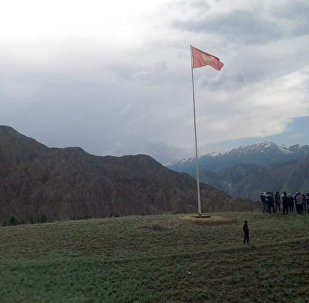 Нарын облусунун Ак-Талаа районундагы Коңорчок айылындагы мамлекеттик байрак