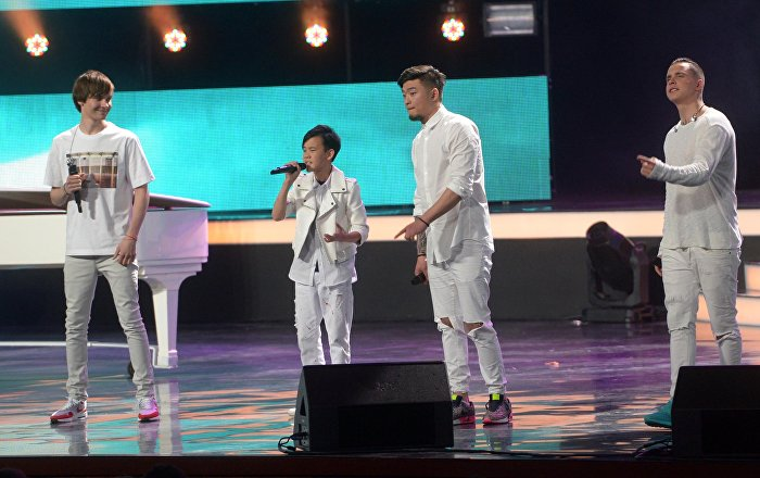 12-летний кыргызстанец Урмат Мырсаканов с группой М-Бэнд во время финала в Кремлевском дворце
