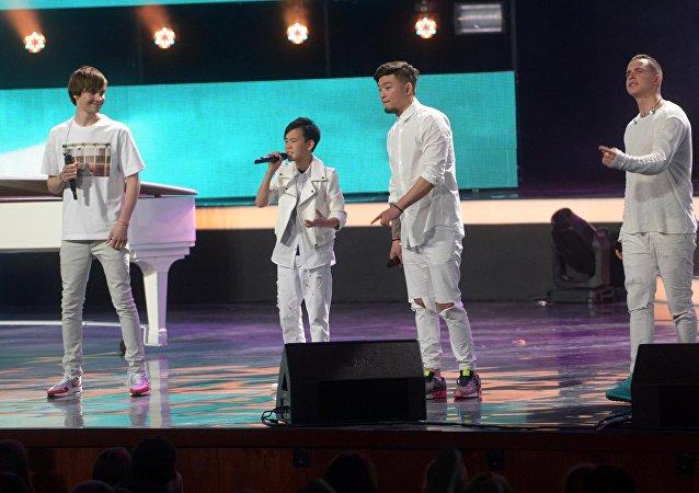 12-летний кыргызстанец Урмат Мырсаканов с группой Mband во время финала в Кремлевском дворце