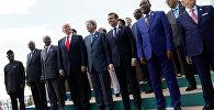Участники расширенного заседания саммита G7 в Италии, во время совместного фотографирования