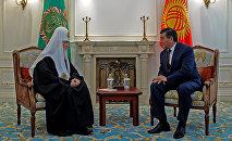 Премьер-министр Сооронбай Жээнбеков и Патриарх Московский и Всея Руси Кирилл во время встречи в Бишкеке