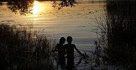 Дети купаются в реке. Архивное фото