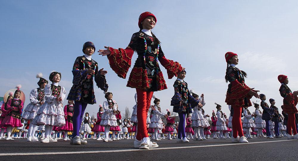 Участницы праздничных мероприятий на площади Ала-Тоо в Бишкеке. Архивное фото