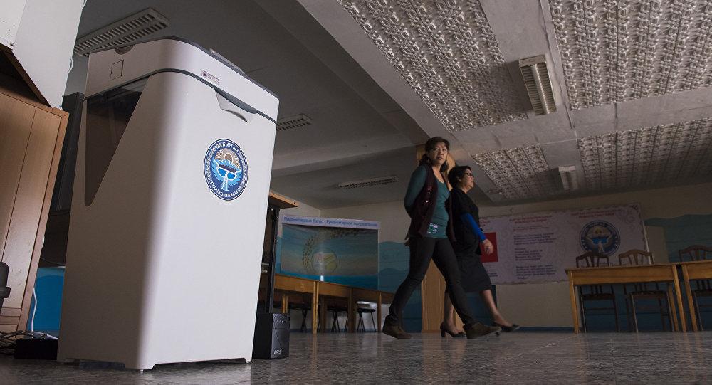 Электронная урна на избирательном участке. Архивное фото