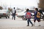 Школьники переходят дорогу. Архивное фото