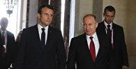 29 мая 2017. Президент РФ Владимир Путин и президент Франции Эммануэль Макрон(слева) во время встречи в Версальском дворце.
