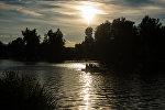 Люди на лодке плывут по реке. Архивное фото