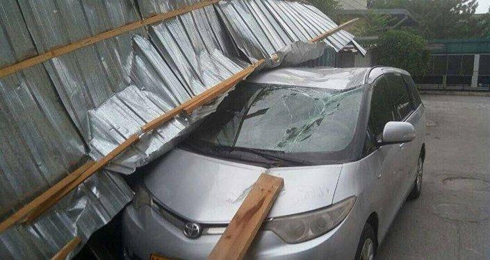 Крышу трансформатора, находящегося на территории отеля Hyatt, снесло порывом ветра, и кровля рухнула на припаркованный рядом минивен Toyota