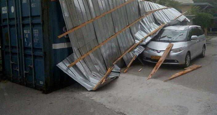 Бишкектеги Hyatt мейманканасындагы трансформатордун чатырын катуу шамал учуруп, ал жеңил унаанын үстүнө түшкөн