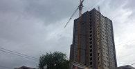 Бишкек парк соода борборунун үстүндөгү көп кабаттуу үйлөрдөгү жанындагы кран