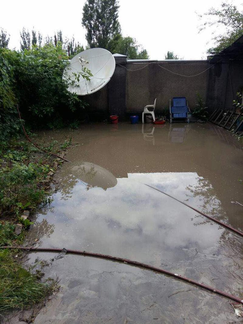 Часть дворов по улице Кийизбаева (верхняя часть жилмассива Токольдош) затопило из-за неисправной арычной системы