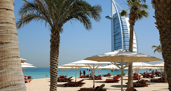 Вид с пляжа на туристический отель в Дубае. Архивное фото