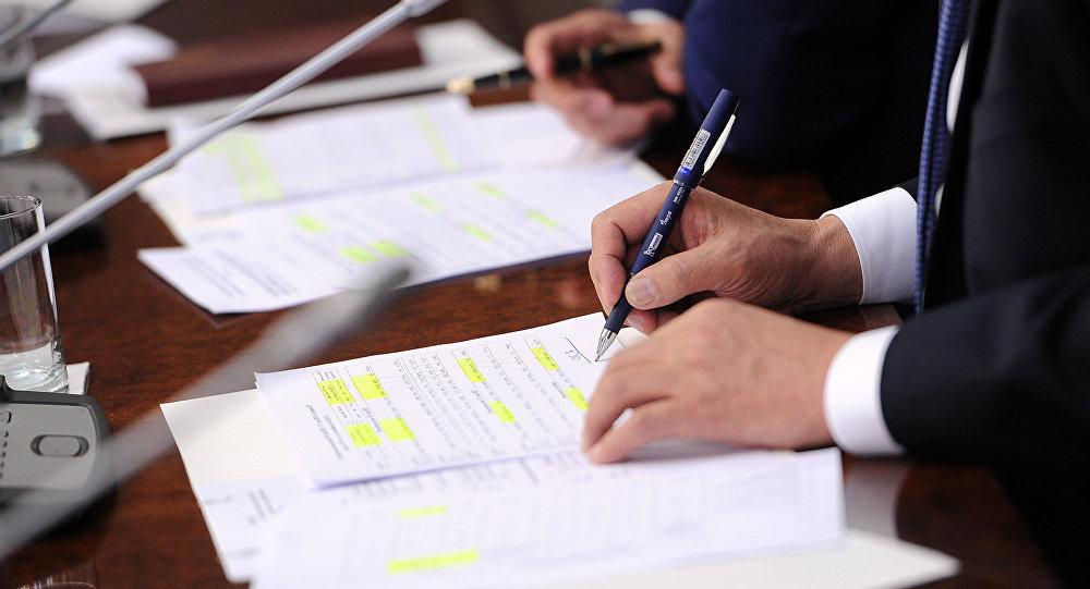 Архивное фото государственного служащего который пишет на бумаге