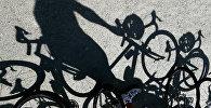 Тень велосипедиста. Архивное фото