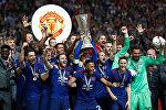 Игроки английского клуба Манчестер Юнайтед празднуют победу в Лиге Европы по футболу
