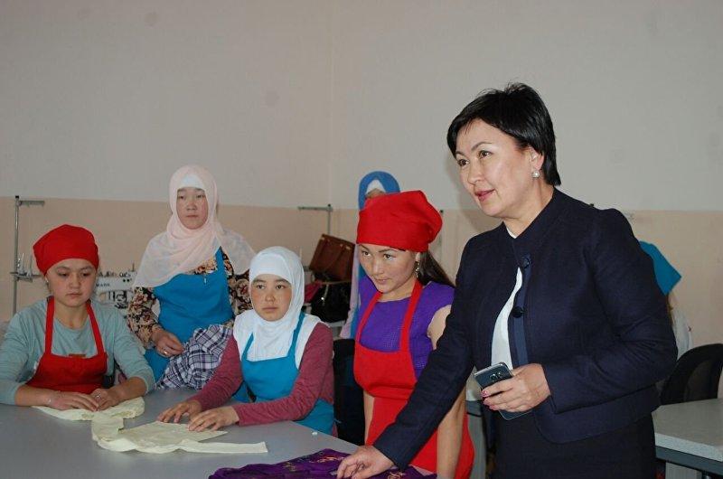 Министр образования и науки Гульмира Кудайбердиева посетила профессиональный лицей №16 в городе Ош
