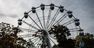 Аттракцион колесо обозрения в парке. Архивное фото