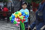 Семилетний Эрмек продает цветы из шариков, чтобы погасить кредит матери