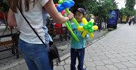 Мальчик Эрмек, который продает шарики в Бишкеке