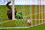 Вратарь пропускает мяч в свои ворота. Архивное фото