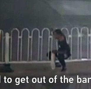 Мужчина переходил дорогу и застрял в заборе — кадры его спасения