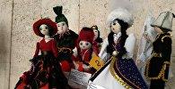 Бишкектеги Гапар Айтиев атындагы көркөм сүрөт музейинде кыргызстандык, казакстандык жана өзбекстандык балдар жасаган куурчактардын эл аралык көргөзмөсү өтүүдө