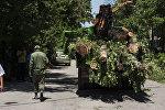 Сотрудники муниципальных служб во время вырубки деревьев. Архивное фото