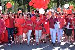 Первая леди КР Раиса Атамбаева и вице-мэр Бишкека Айгуль Рыскулова на акции Кызыл койнок, которая стартовала у памятника Курманджан Датка и завершилось на Старой площади.