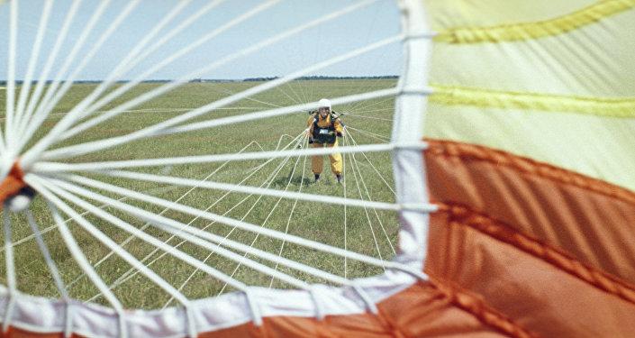 Парашютистка во время приземления. Архивное фото