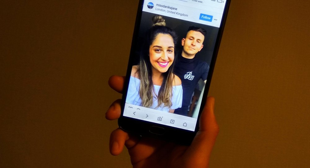 Снимок с мобильного телефона социальной сети Instagram пользователя missdanikajane. Разведенная пара