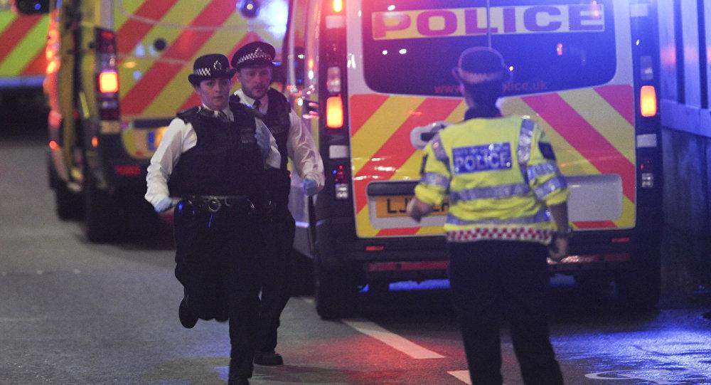 Сотрудники полиции на месте теракта, где неизвестный на микроавтобусе совершил наезд на пешеходов