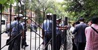 Сотрудники милиции у здания Первомайского районного суда над политиком Омурбеков Текебаевым в Бишкеке