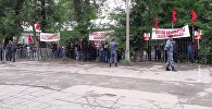 Сторонники лидера партии Ата Мекен Омурбека Текебаева у Первомайского районного суда Бишкека