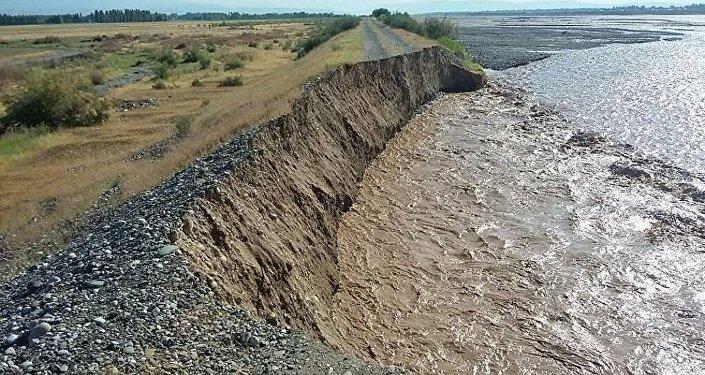 Жалал-Абад облусундагы Кара-Үңкүр дарыясынын деңгээли көтөрүлүп 60 метрлик тосмону алып кетти