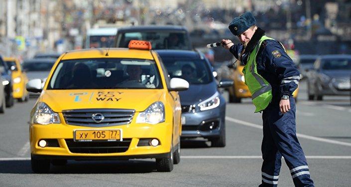 Сотрудник ГИБДД во время рейда против нелегальных таксистов в Москве. Архивное фото