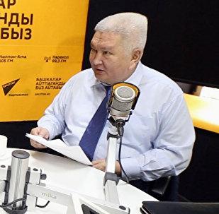 Ветеран отечественной политики Феликс Кулов и журналистка Асель Минбаева во время интервью ИА Sputnik Кыргызстан