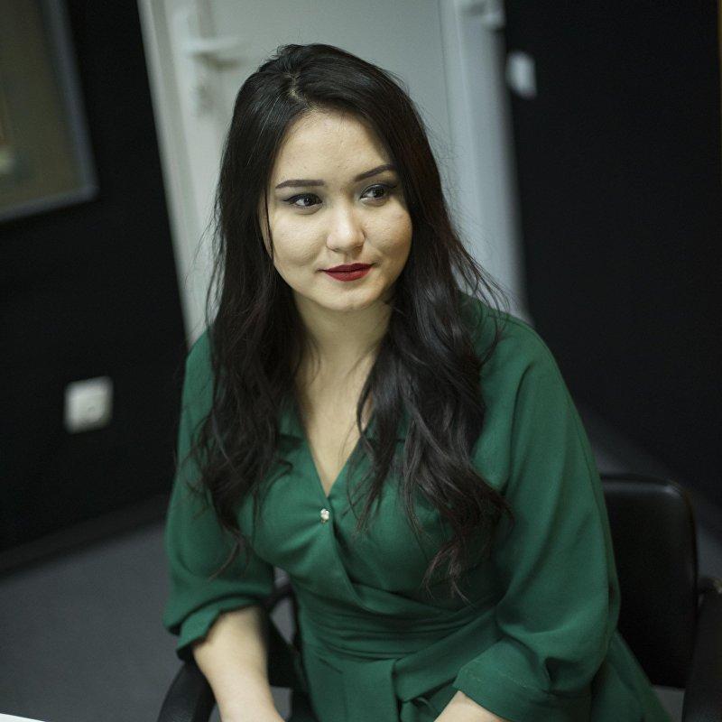 Корреспондент информационного агентства и радио Sputnik Асель Минбаева во время интервью Sputnik Кыргызстан