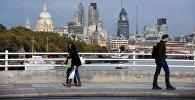 Вид на город с моста Ватерлоо, Великобритания. Архивное фото