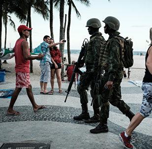 Патруль бразильских морских пехотинцев на пляже Копакабана. Архивное фото