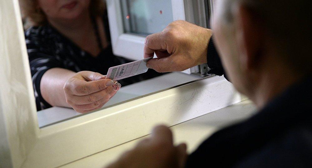 Выдача водительского удостоверения в Москве. Архивное фото