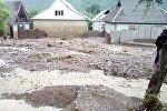 Аксы районунун Авлетим айыл аймагындагы Терек-Сай айылында катуу жааган жамгырдан улам сел жүрүп турак жайларды каптаган