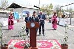 Соцтармактарда Ош шаарынын мэри Аймамат Кадырбаевдин кызыл килем үстүндө туруп сүйлөп жаткан сүрөтү жарыяланып коомчулуктун сынына кабылды